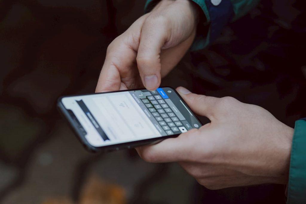 Home a utilizar um smartphone num site responsivo